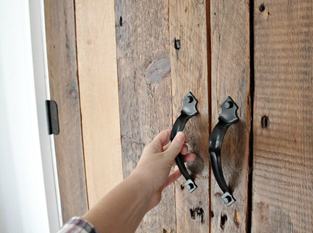closet-door-closeup